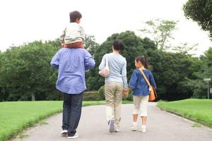 家族の後ろ姿の写真