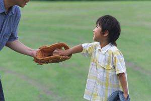 キャッチボールしてる親子の写真